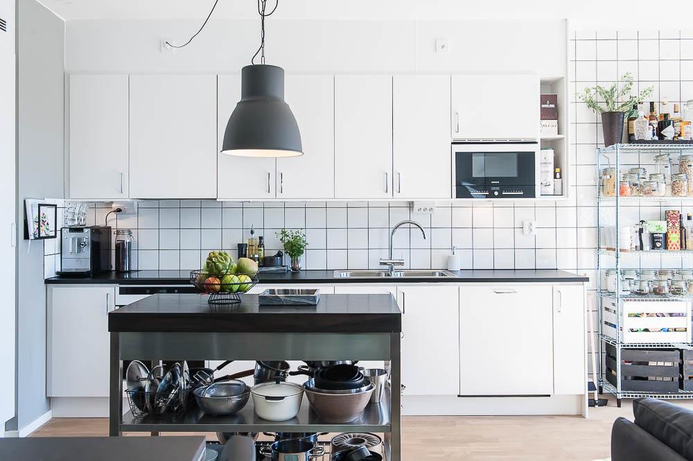 Snyggt kök i vitt med integrerad diskmaskin