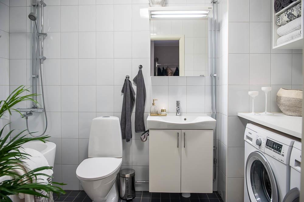 Snyggt badrum med badkar