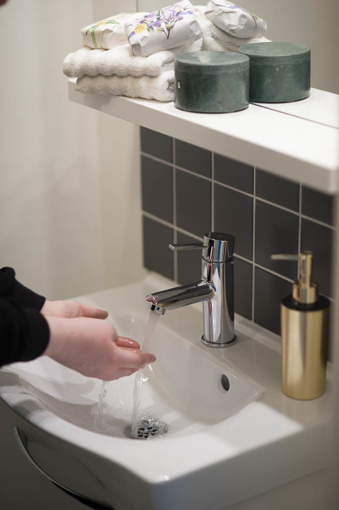 Gäst-wc med tvättställ och kommod