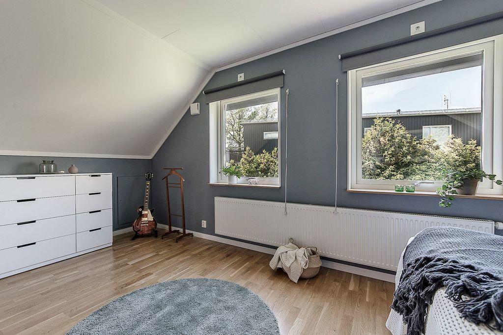 Master bedroom med dubbla fönster