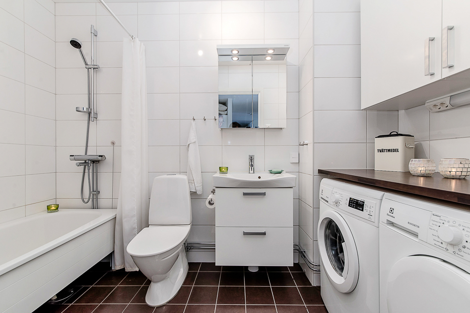 Fint badrum med tvättavdelning