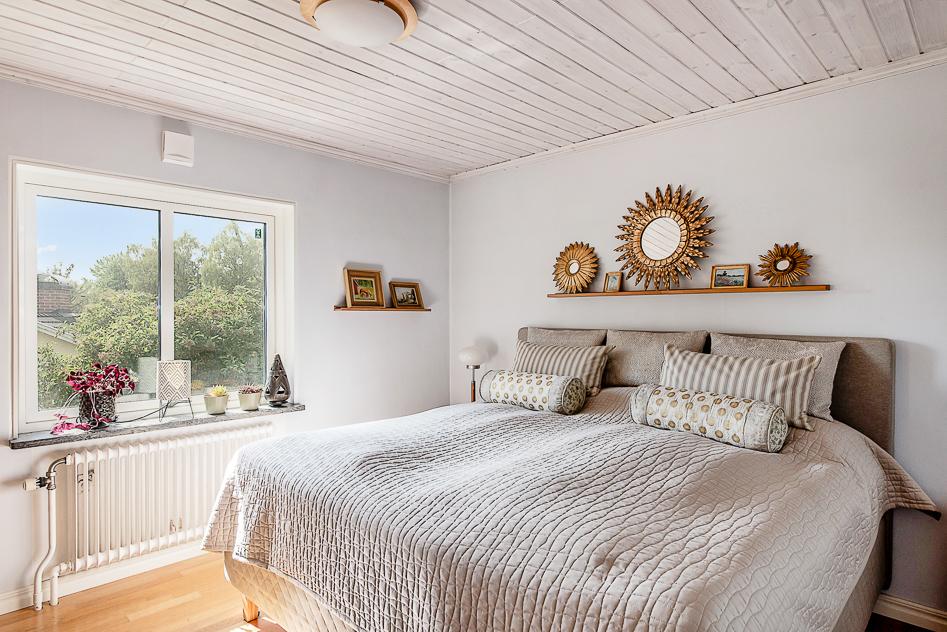 Stort sovrum med flera garderober