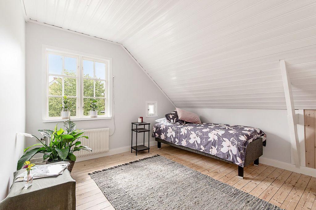 Sovrum med uppgång till loft