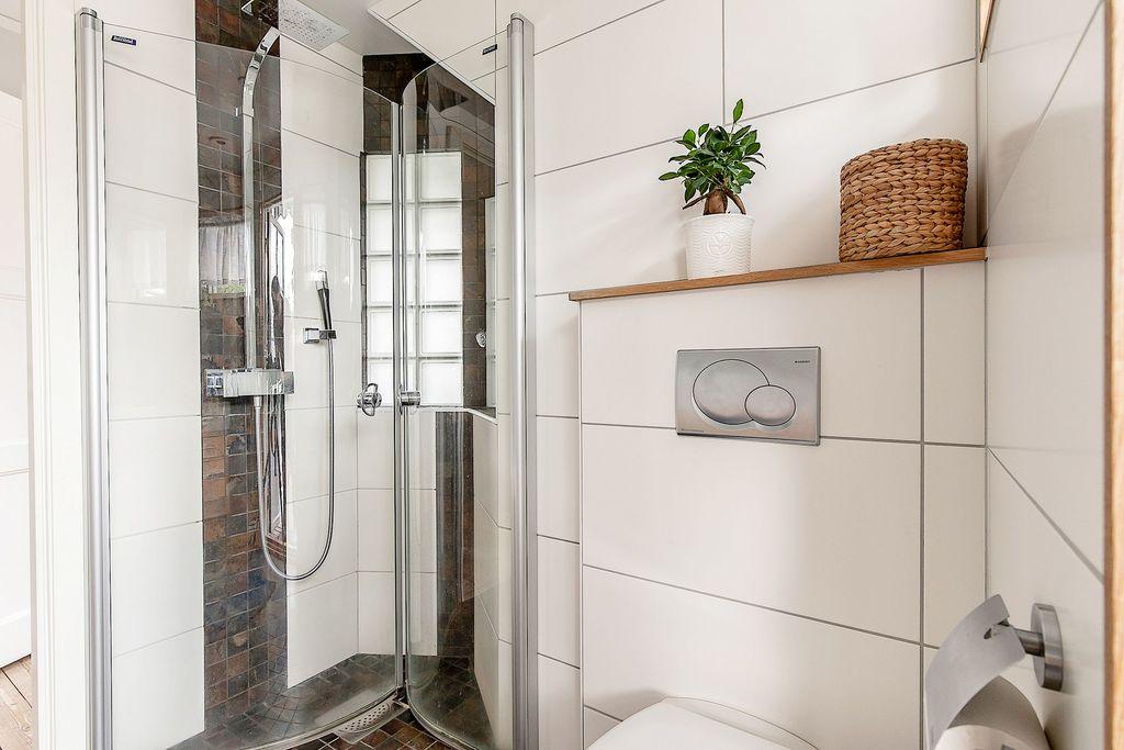 Badrum med platsbyggd duschhörna