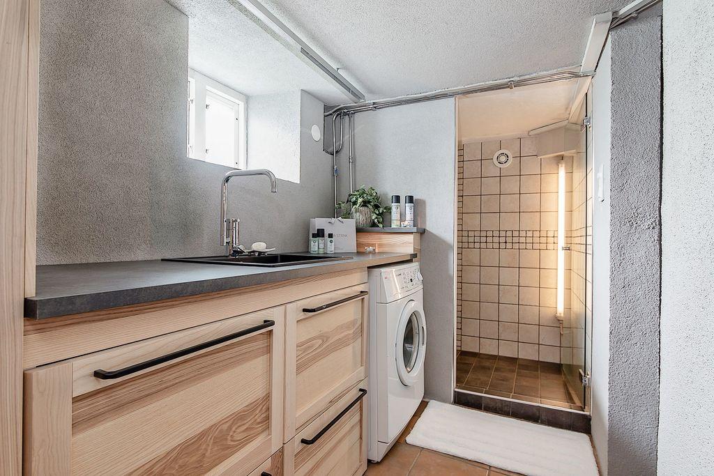 Arbetsbänk och tvättstuga samt extra stor dusch
