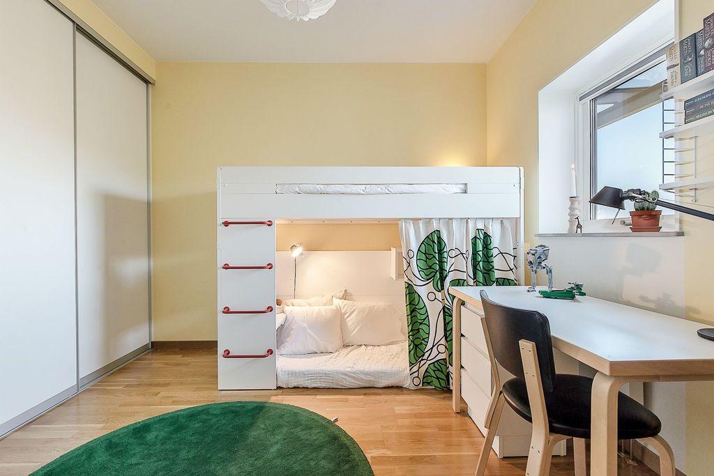Sovrum med fönster mot Stockholm