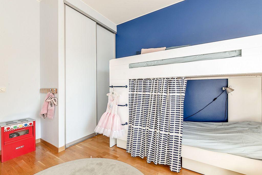 Sovrummet har två garderober med skjutdörrar