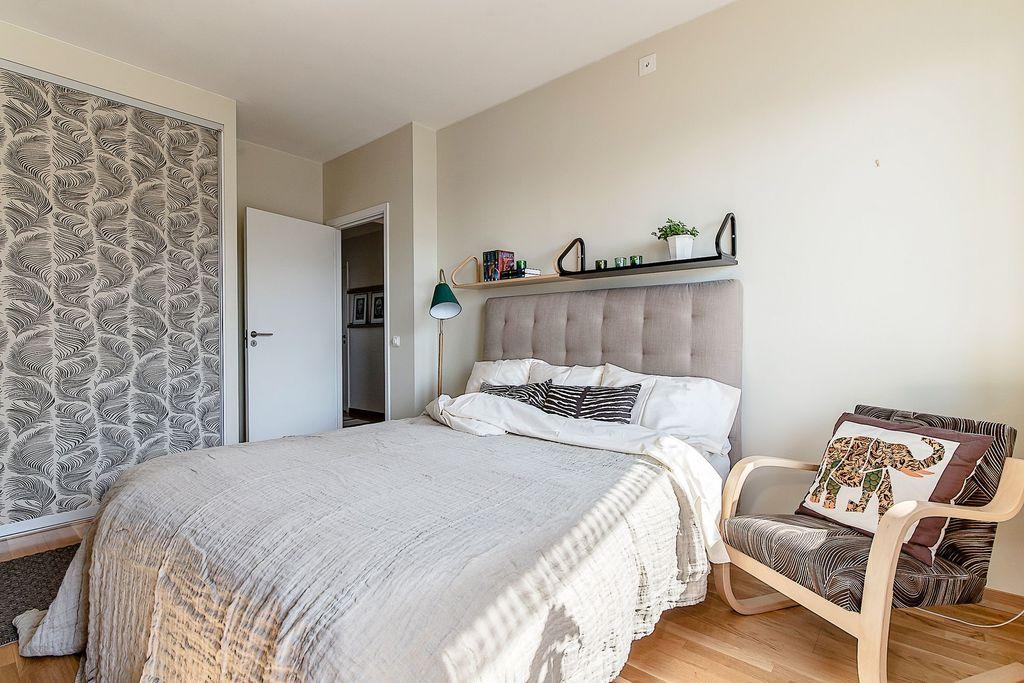 Master bedroom har dubbelgarderob med skjutdörrar