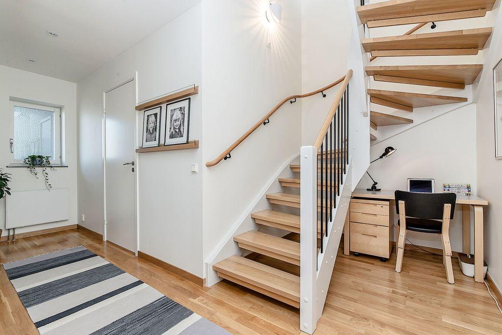 Den nedre hallen med vy mot trappan och badrummet