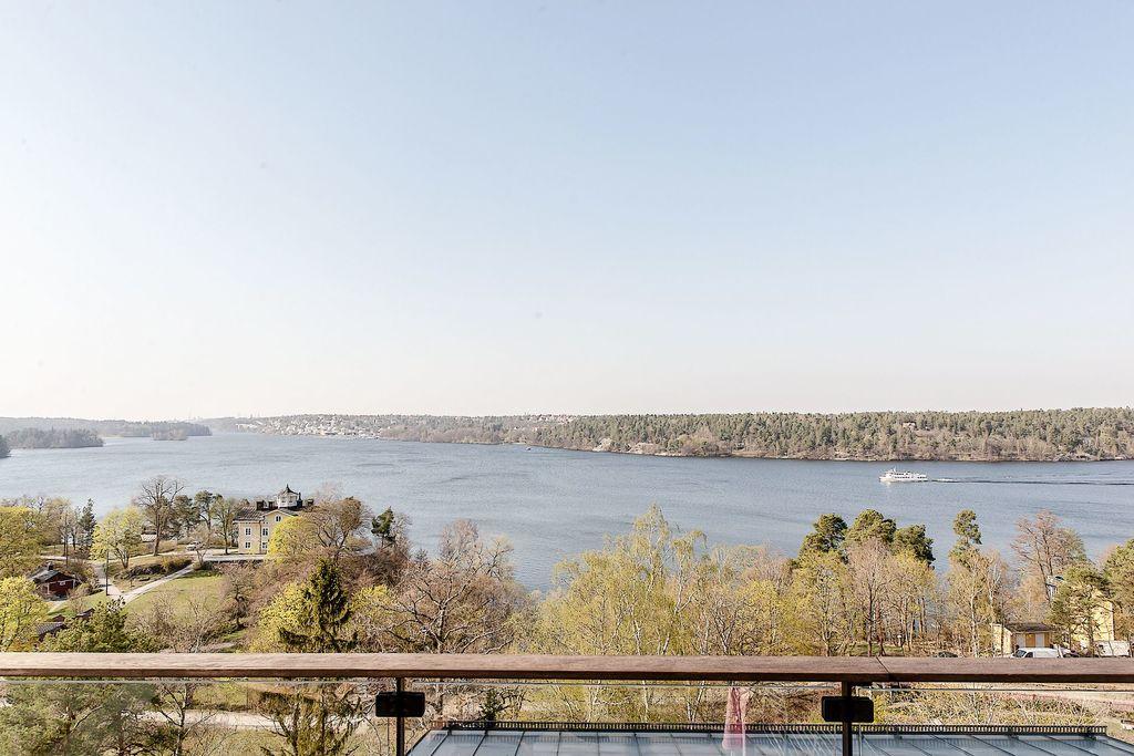 Utsikt med skärgårdsbåt i bakgrunden