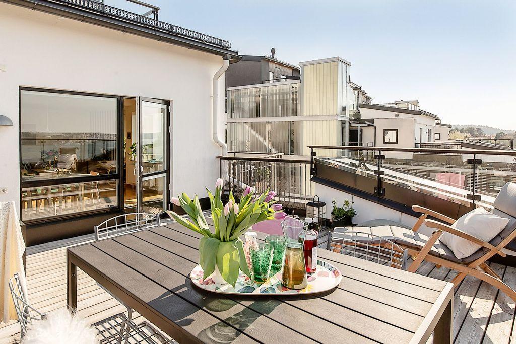 Terrassen flödar i solljus