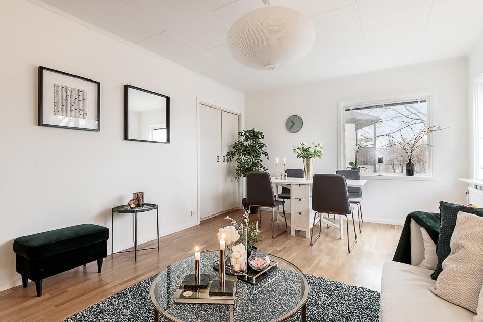 Trevligt vardagsrum med inbyggda skåp