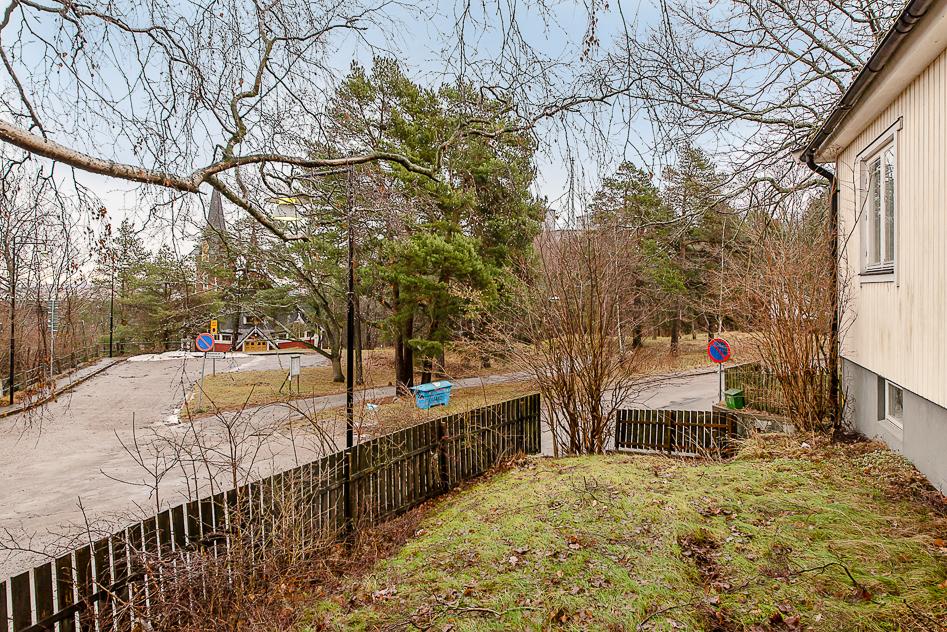 Inramad trädgård med vy mot den lilla parken
