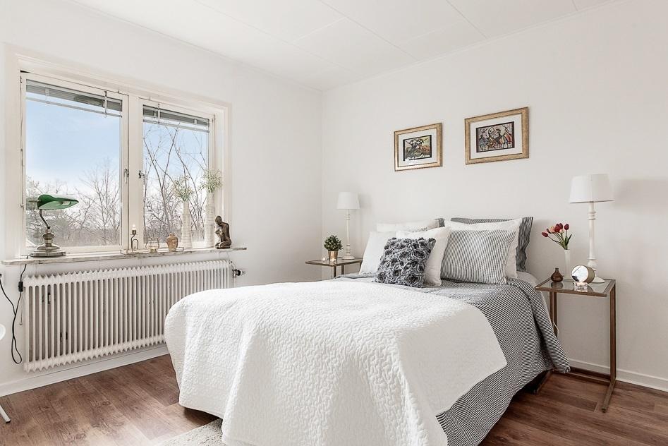 Master bedroom med högt och fritt läge