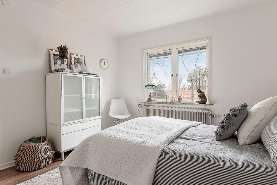 Master bedroom med vy mot fönstret