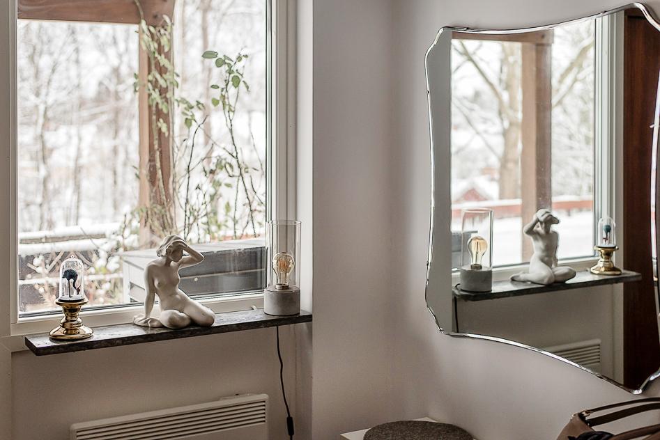 Stort fönster intill ytterdörren