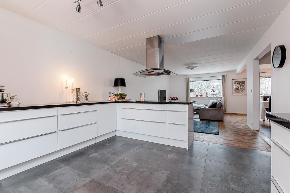 Den högra delen av köket har enbart underskåp