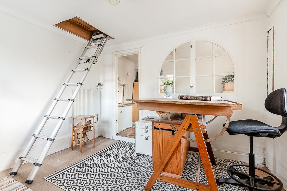 Uthyrningsdel/kontor, välkommen in, trappa från vardagsrummet
