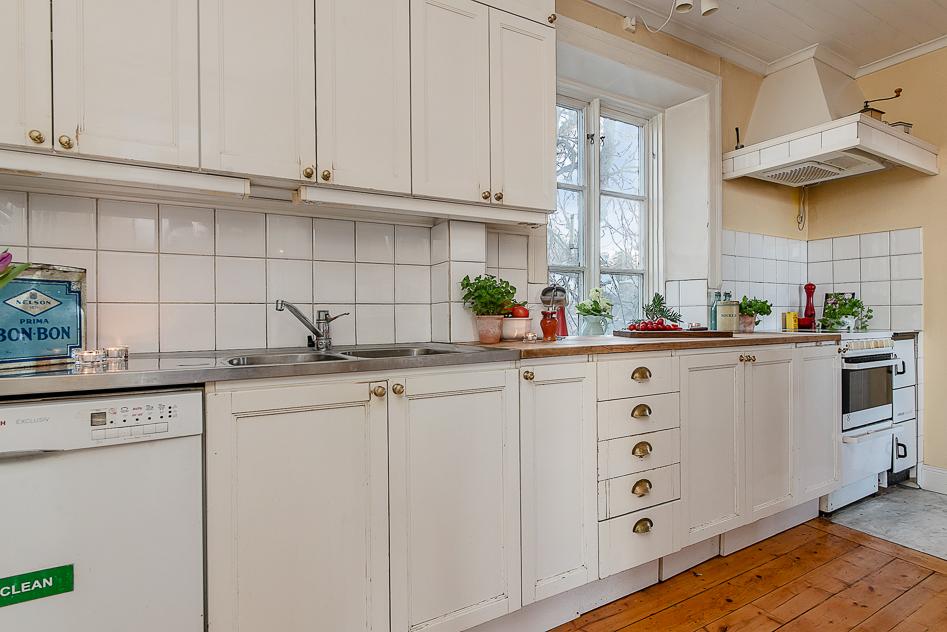 Köket med lång arbetsbänk