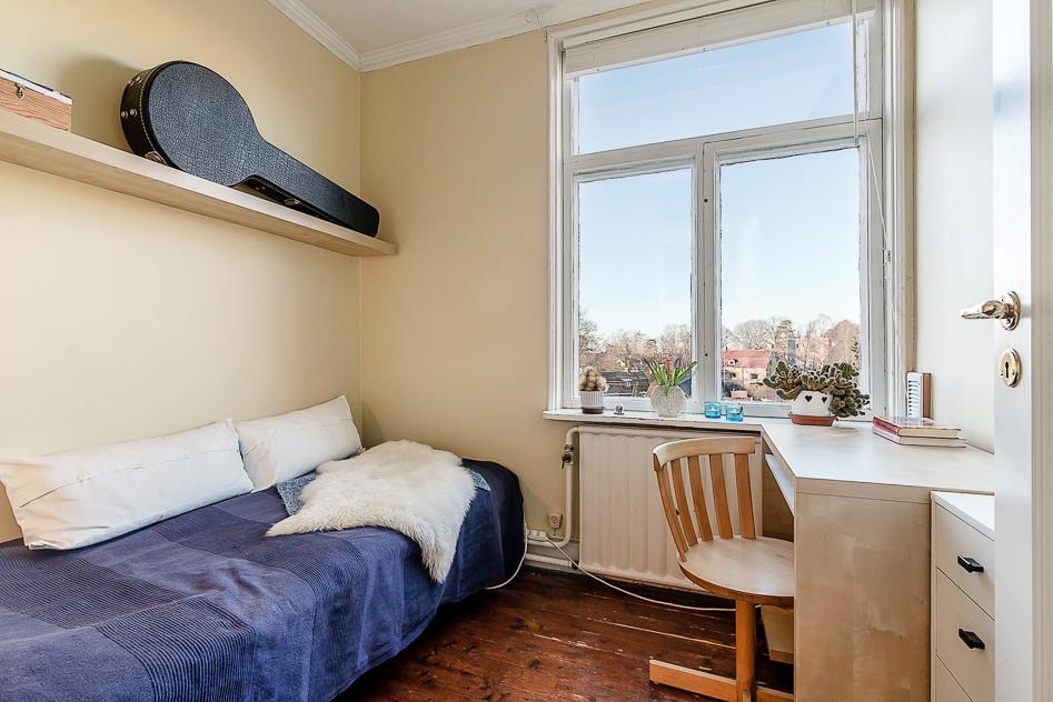 Ena sovrummet innanför den inre hallen med högt och fritt läge