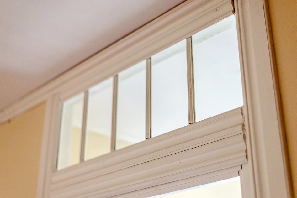 Vackra fönster ovanför dörrar i sovrum