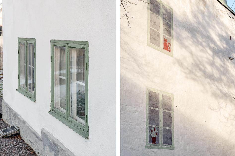 Fasaden ute med målade fönster