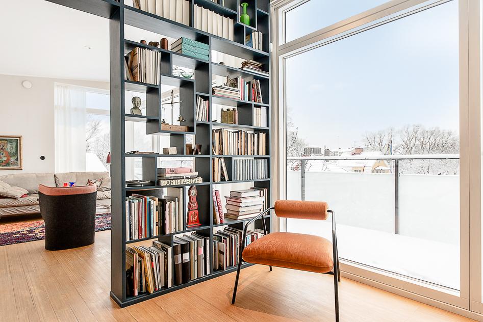 Fin platsbyggd bokhylla delar fint av rummen