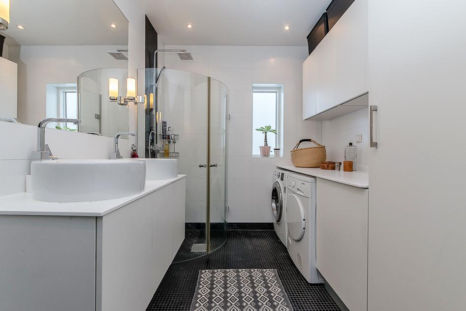 Badrum med tvättavdelning
