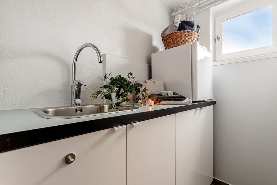 Tvättstuga med bra arbetsbänk och ho