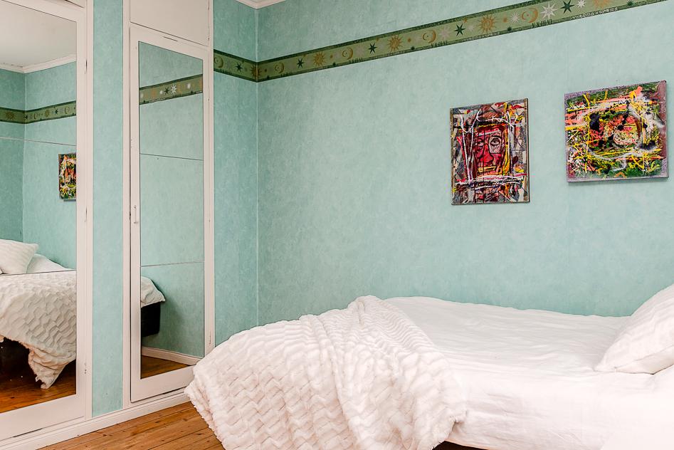 Sovrum med inbyggd garderobsvägg