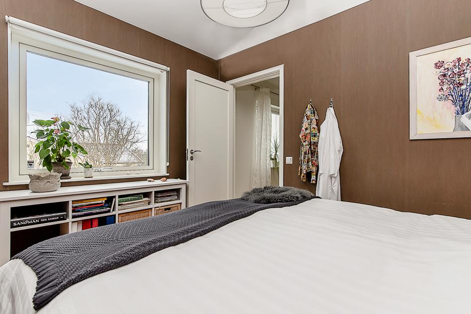 Master bedroom med vy mot hallen