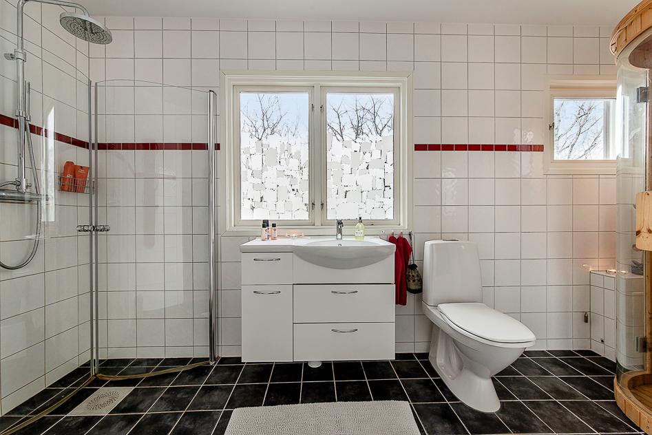 Stort badrum med bastu på det övre planet