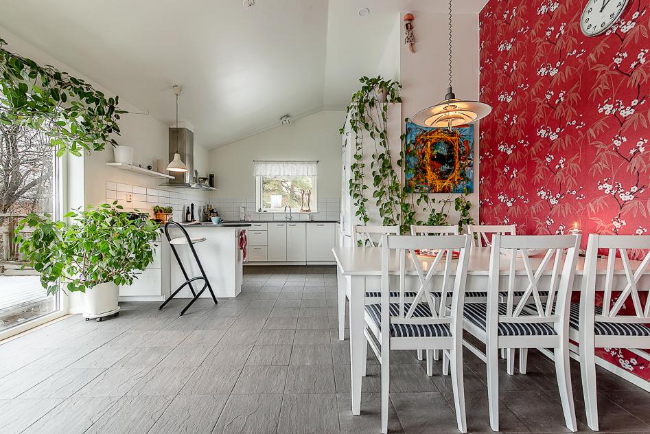 Underbart kök med öppet upp i nock och stora glaspartier ut mot verandan