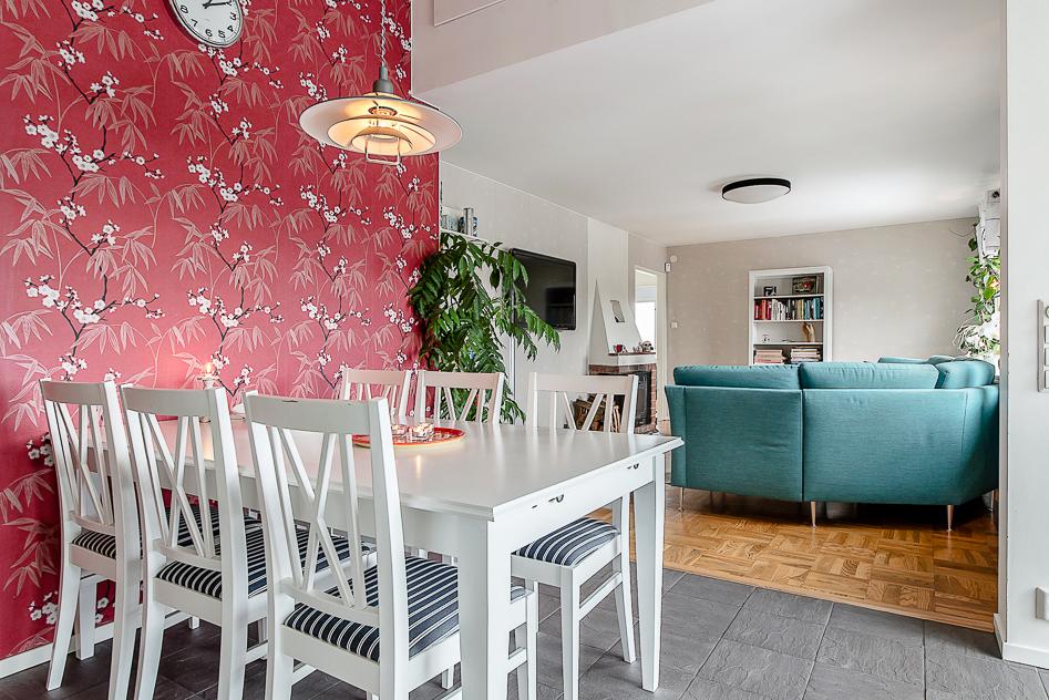 Stor och trevlig matplats mellan kök och vardagsrum