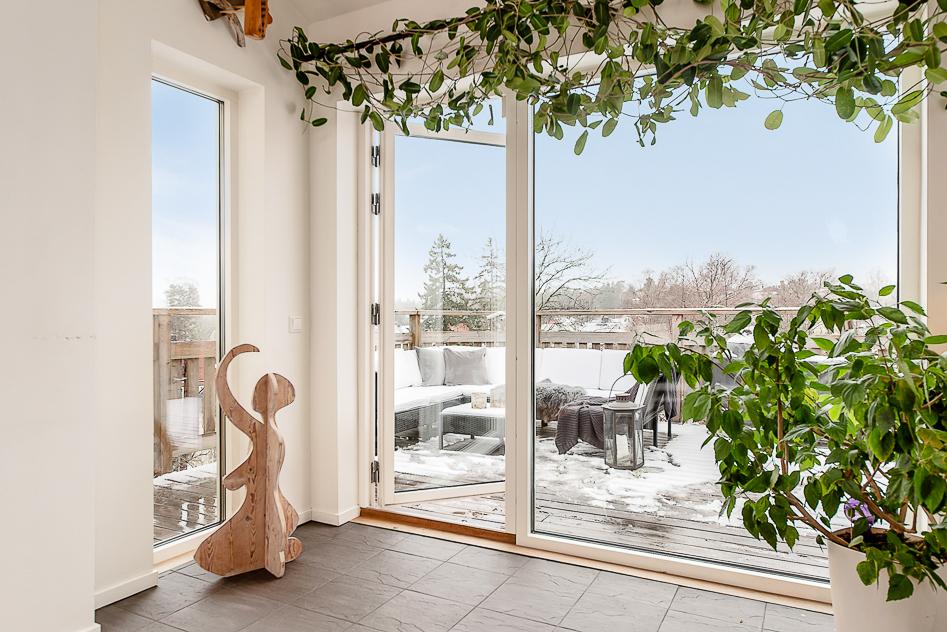 Fantastiskt fönsterparti ut mot altanen