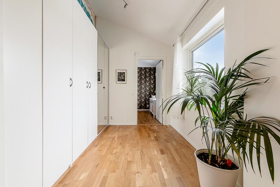 Hall utanför Master bedroom med hel garderobsvägg