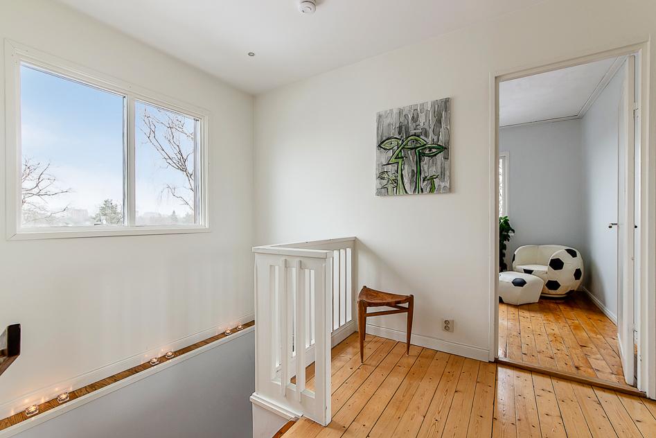 Den övre hallen med glimt in lilla sovrummet