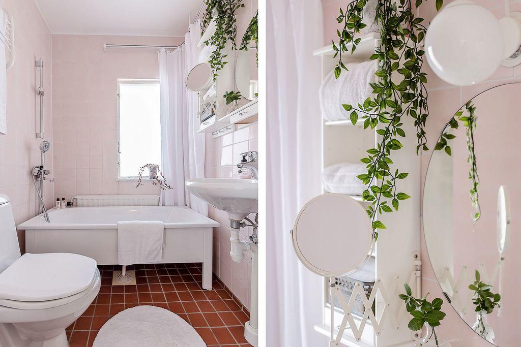 Det övre badrummet med badkar