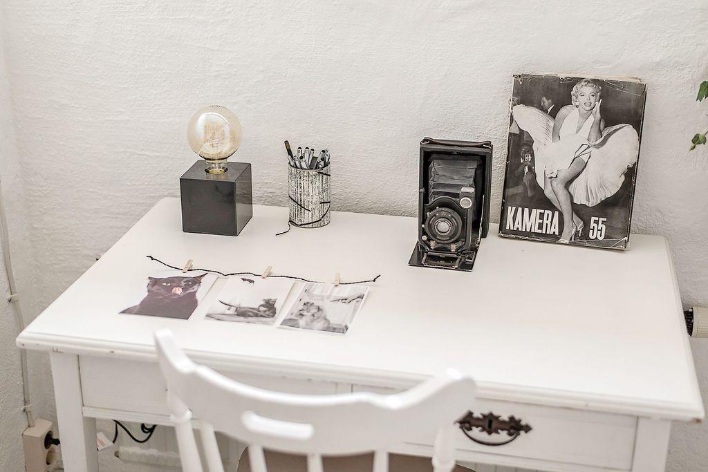 Skrivbordet är placerat under ett fönster