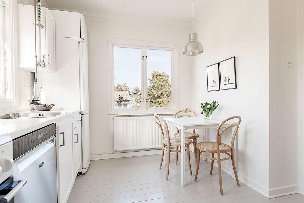 Köksplats intill fönster med högt läge