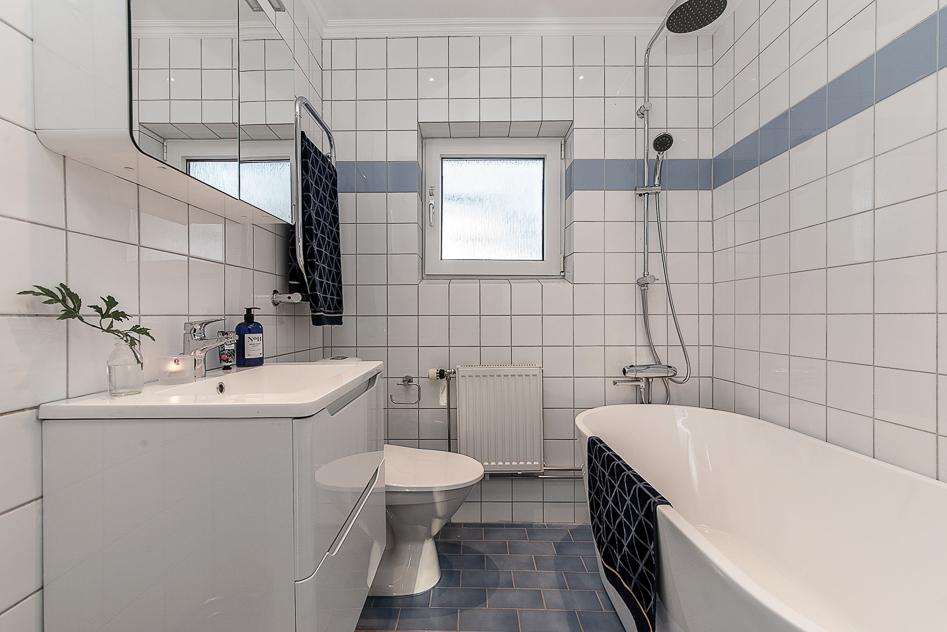 Helkaklat badrum med fristående badkar