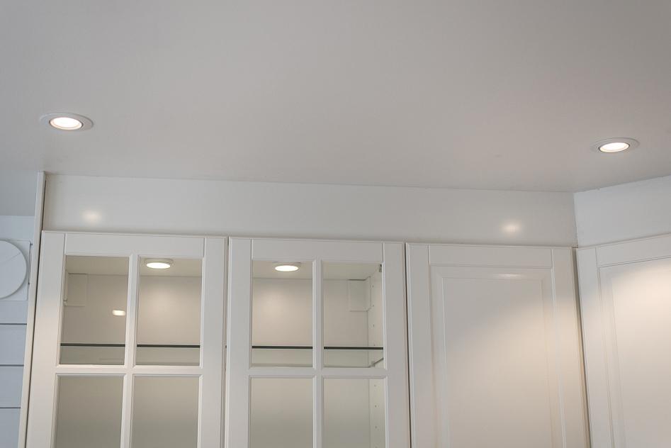 Närbild på spotlights i tak och i skåp