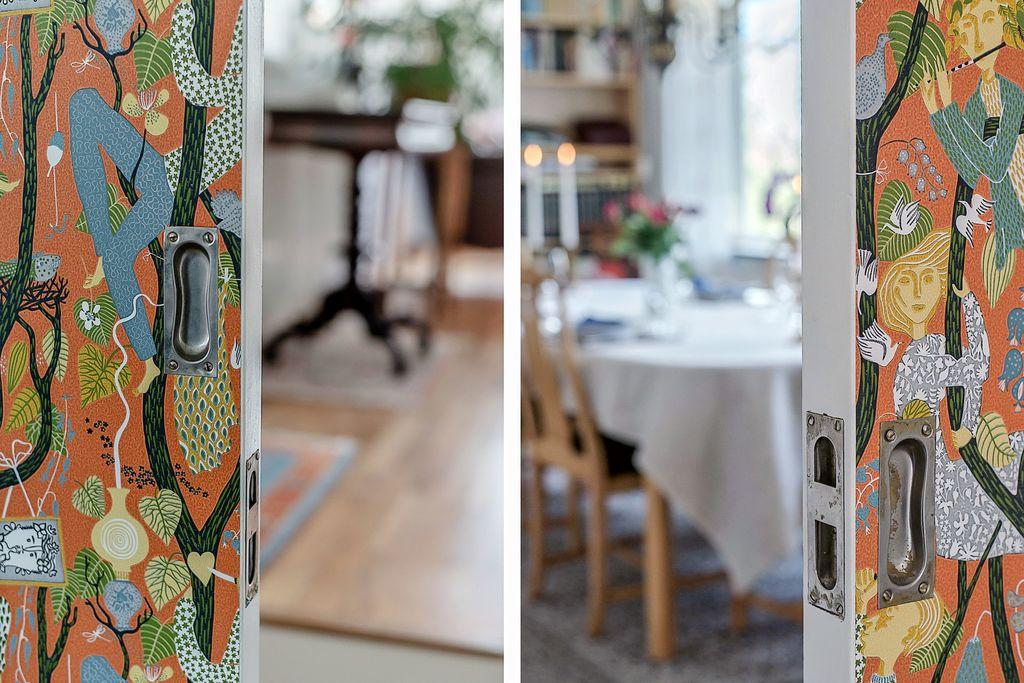 Tapetserad skjutdörr mellan kök och vardagsrum