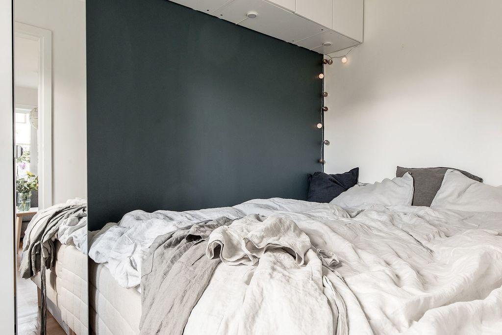Sovrum med garderob och fondvägg