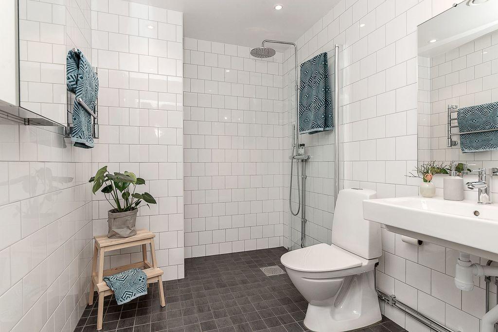 Badrum med plats för tvättmaskin och torktumlare