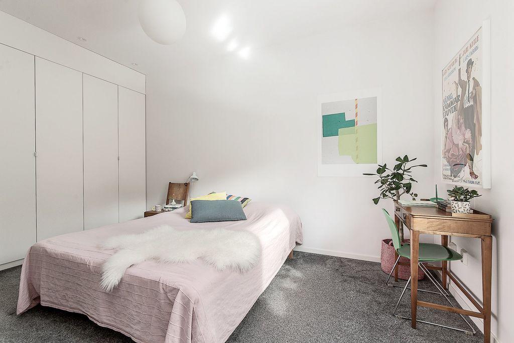 Master bedroom med hel garderobsvägg