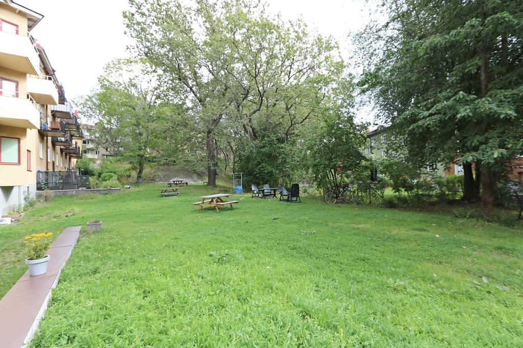 Gräsmattan sedd från uteplatsen