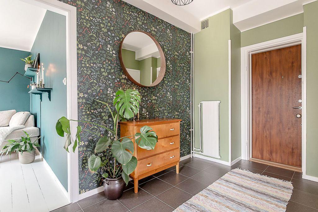 Hallen med glimt mot vardagsrum