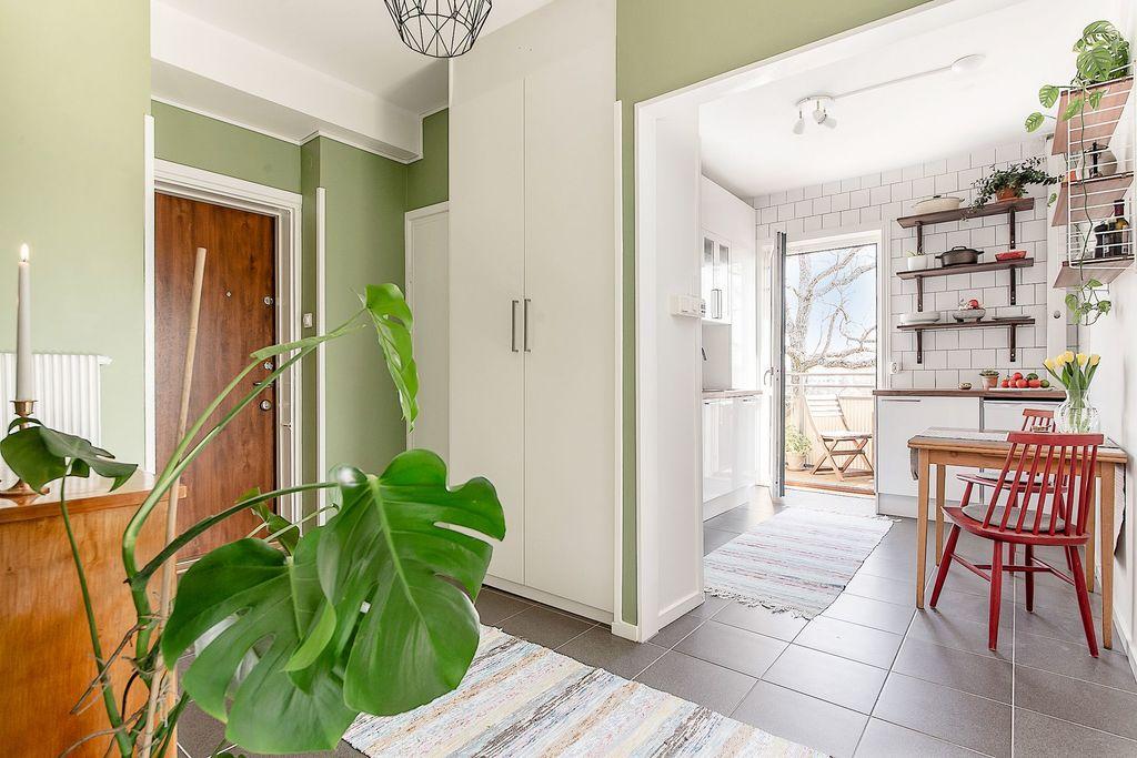 Hall och kök med utgång till balkong