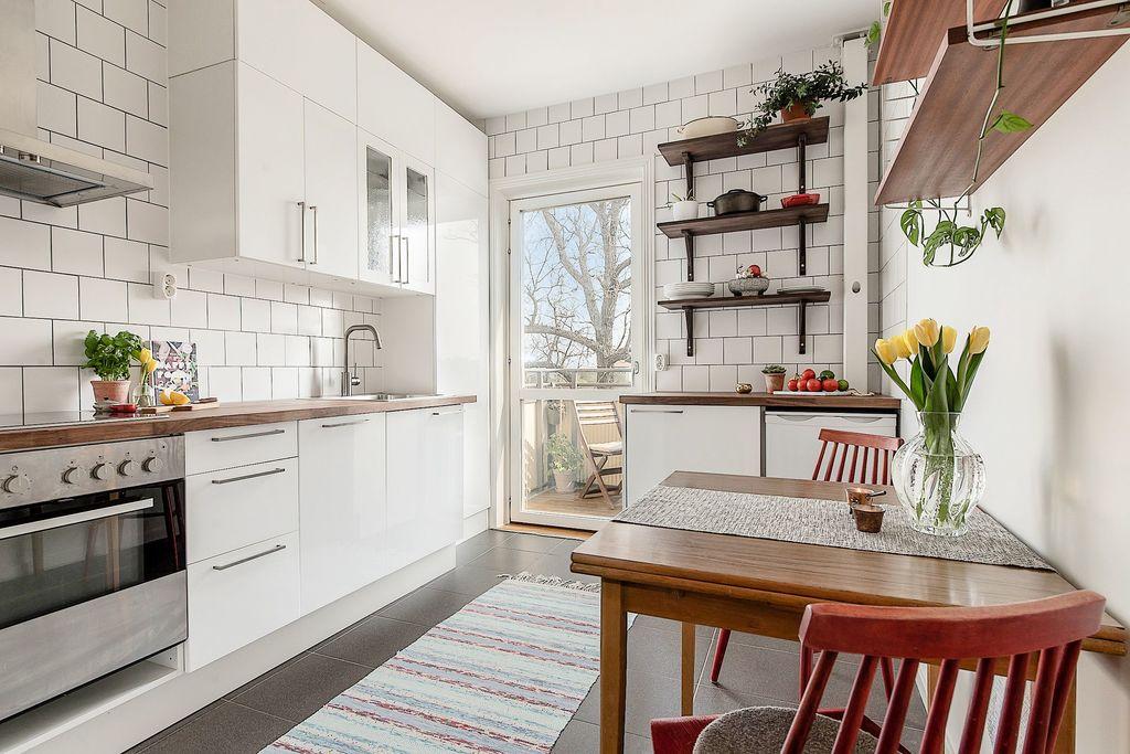 Kök med helglasad balkongdörr